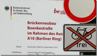 Info-Tafel über Brückenneubau