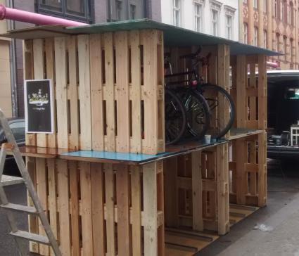 fahrradgarage aus europaletten radspannerei. Black Bedroom Furniture Sets. Home Design Ideas